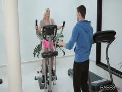 Nice body blonde babe fucking fitness mate in gym room