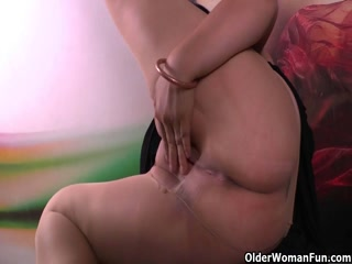 Thick And Wet Chick Gets Off Fast With Her Hands