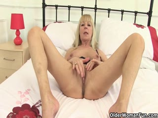 Gorgeous Milf Caroline Loves To Play With Pussy
